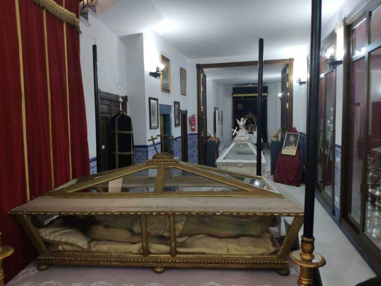 La historia y devoción del Cristo Yacente en una exposición